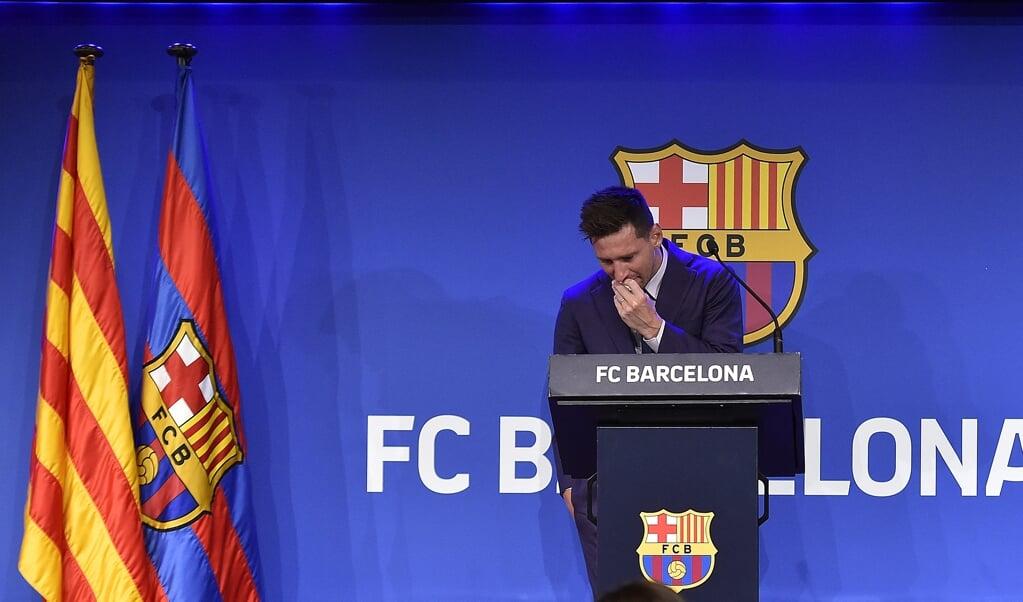 Tranen bij Lionel Messi tijdens de persconferentie waar hij zijn afscheid van FC Barcelona toelicht.   (beeld afp / Pau Barrena)