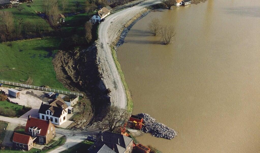 Het dorp Herwijnen kreeg in 1995 te maken met watersnood.  (beeld anp)
