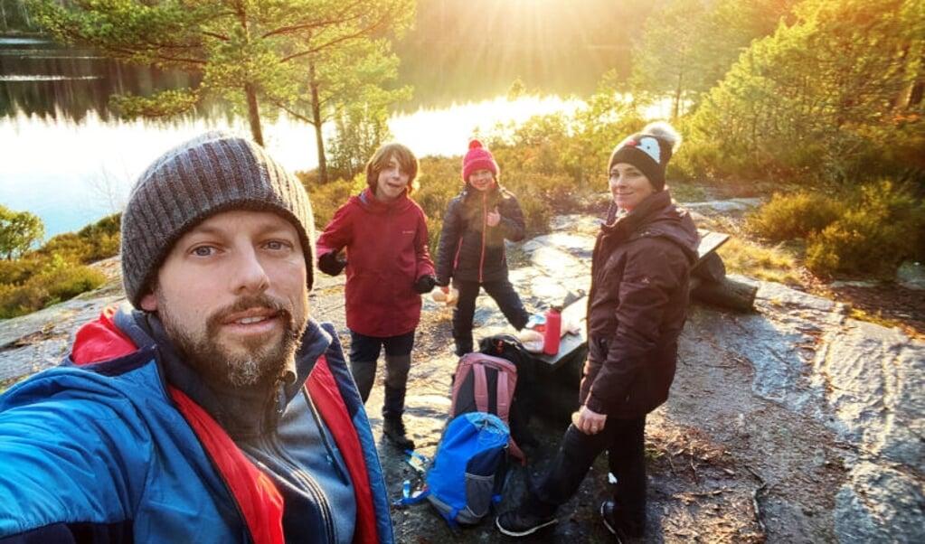 Camping Coppens - Op Weg Naar Zweden; Seizoen 1, vanaf maandag 5 april 2021 bij VTM. Op de foto: Staf, Beau, Nora & Monique.  (beeld talpa)