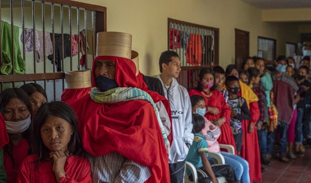 Ontheemde Colombianen in Ituango staan in de rij voor voedsel bij een school die als opvangcentrum wordt gebruikt.  (beeld afp / Daniel Alvarado)