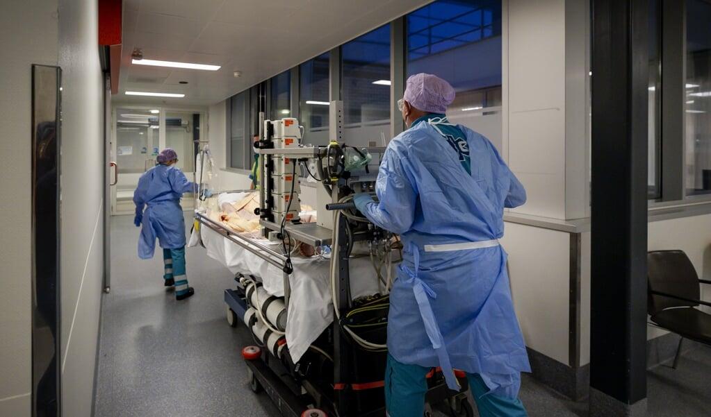 Het aantal mensen dat vanwege het coronavirus in het ziekenhuis belandt, stijgt niet meer.   (beeld ** anp / Robin van Lonkhuijsen)