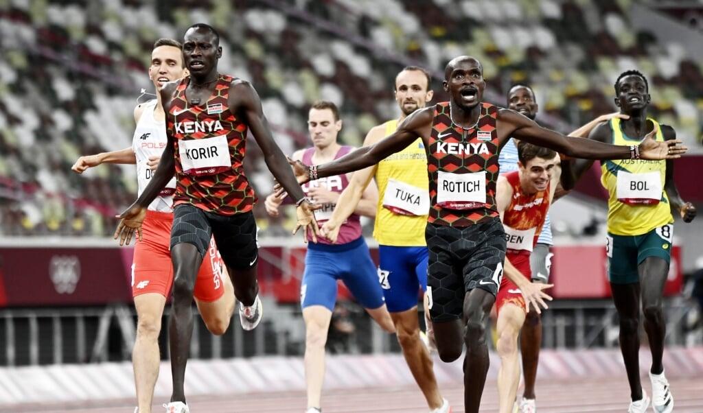 De Keniaanse hardlopers Emmanuel Korir (links, 1e) en Ferguson Rotich (rechts, 2e) vieren hun winst op de achthonderd meter hardlopen, woensdag in Tokio.  (beeld epa / Christian Bruna)