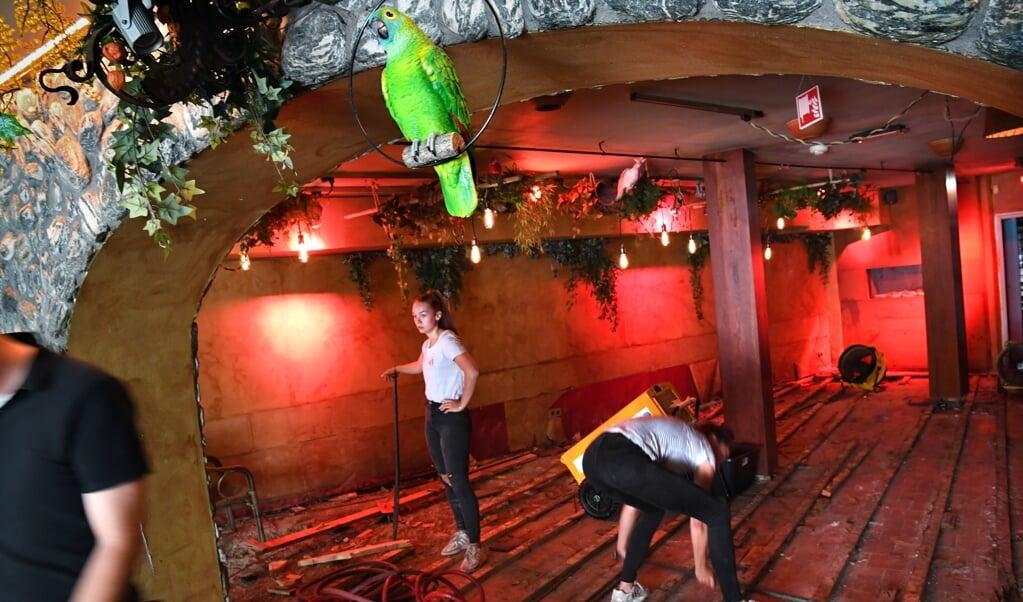 Werknemers van restaurant Brazza slopen de vloer eruit. Veel ondernemers in Valkenburg liggen overhoop met hun verzekering.  (beeld Marcel van den Bergh)