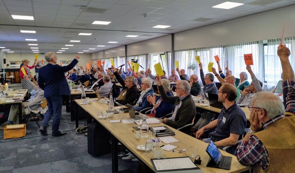 De synode/landelijke vergadering stemt over een amendement, zaterdag in Elspeet.  (beeld nd)