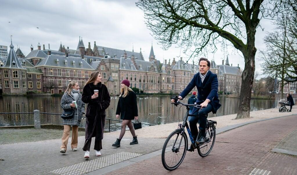 Demissionair premier Mark Rutte pakt graag de fiets. Ook als hij koning Willem-Alexander bezoekt.    (beeld anp / Bart Maat)