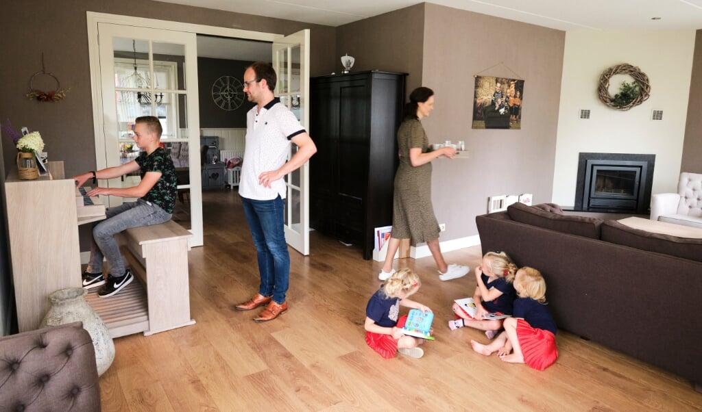 Uitrukken op zondag is er gelukkig niet vaak bij voor brandweerman Hendrik Timmerman uit Staphorst. Meestal is hij thuis bij zijn gezin.  (beeld Dick Vos)