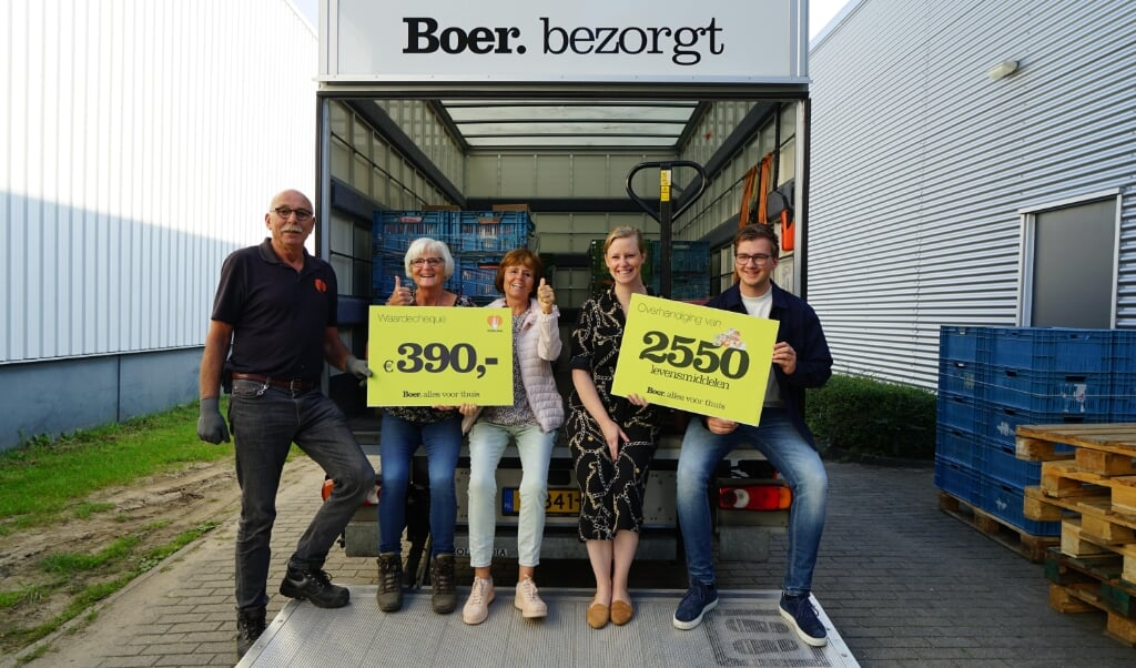 Een aantal medewerkers van Boer Staphorst heeft levensmiddelen bij voedselbanken bezorgd.  (beeld boer staphorst)