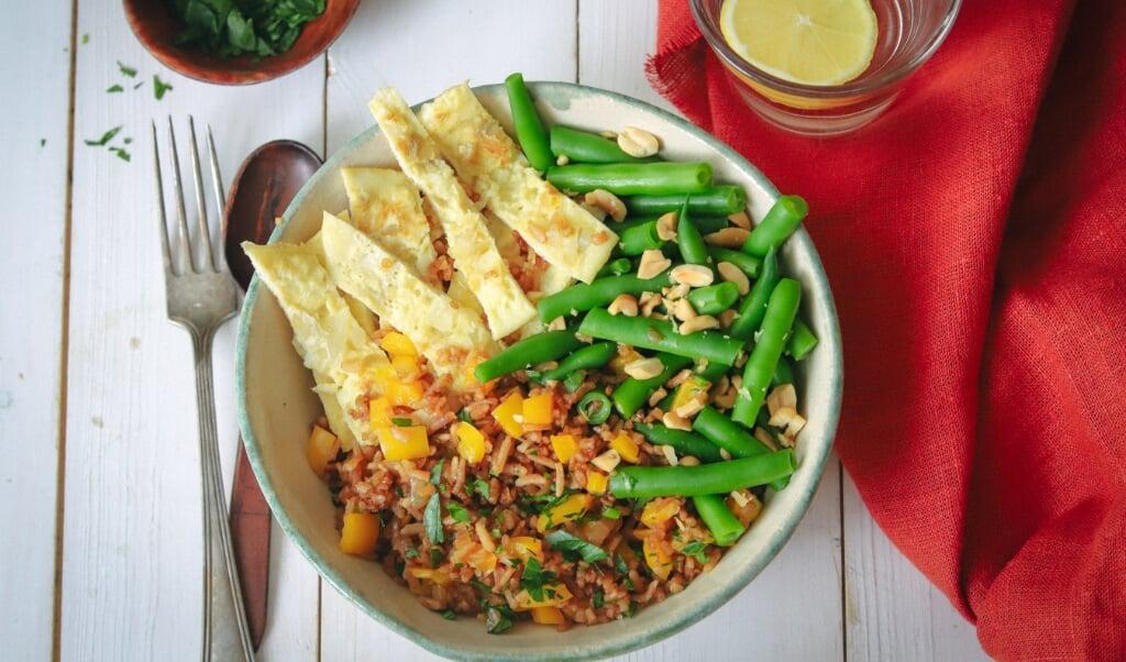 Surinaamse nasi met boontjes en eierreepjes.  (beeld voedingscentrum)