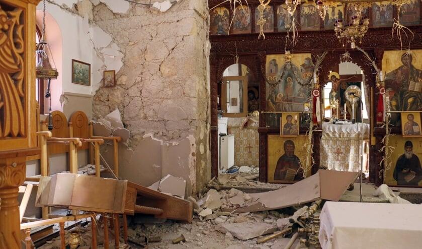 Ook monumentale gebouwen op Kreta, zoals deze kerk, zijn getroffen door de aardbeving van maandagochtend.  (beeld epa / Nikos Chalkiadakis)