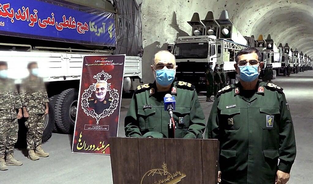 8 januari 2021, Hossein Salami, opperbevelhebber van de Islamitische Revolutionaire Garde, naast marinecommandant Alireza Tangsiri (rechts) tijdens de opening van een nieuwe ondergrondse raketbasis in Iran.  (beeld afp)