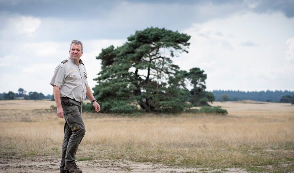 Jakob Leidekker in een landschap dat door moeflons open wordt gehouden.  (beeld Niek Stam)
