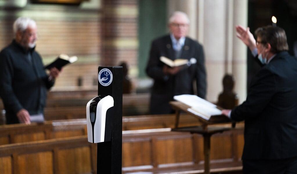 De anderhalve meter afstand komt te vervallen tijdens vieringen in de Rooms-Katholieke Kerk en de Protestantse Kerk in Nederland.  (beeld anp / Jeroen Jumelet)