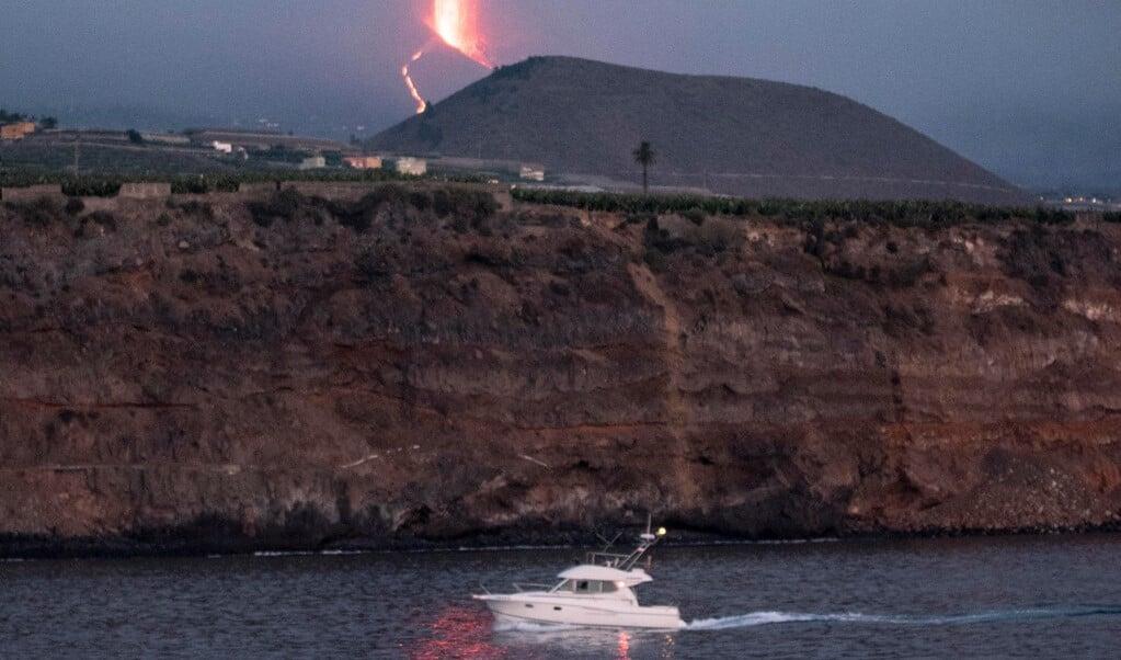 De vulkaan gezien vanaf zee.  (beeld epa / Miguel Calero)