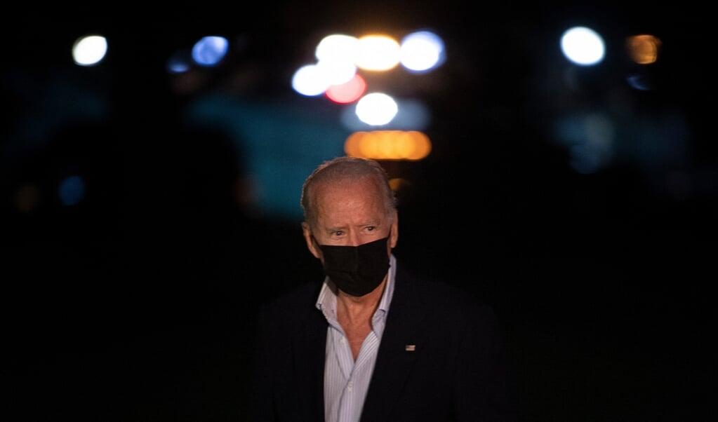 President Joe Biden, onderweg naar het Witte Huis, deze week. De vraag is of het verstandig van hem was publiek wraak aan te kondigen voor de zelfmoordaanslagen op de luchthaven van Kabul waarbij ook Amerikanen omkwamen.  (beeld afp / Brendan Smialowski)
