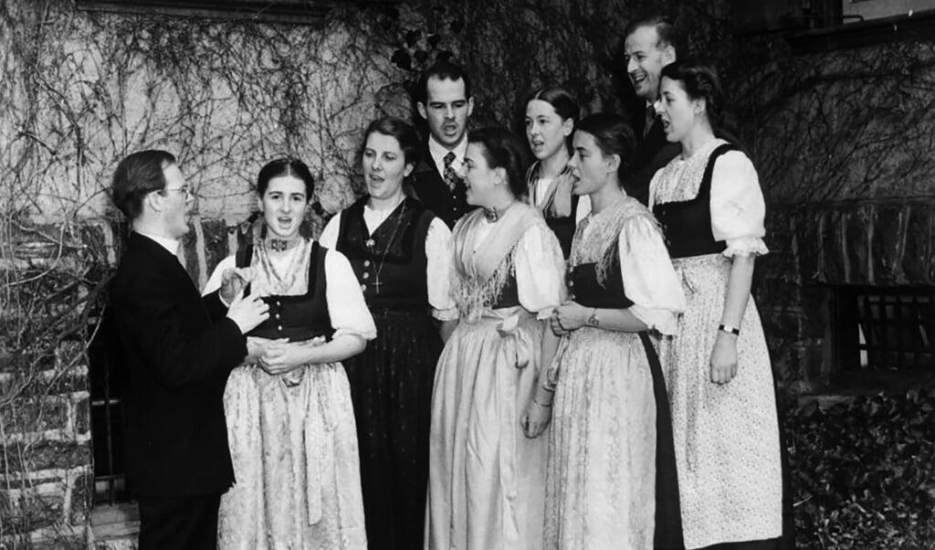 De Trapp Family bereidt zich voor op een concert in Boston op 27 september 1941.  (beeld metropolitan music bureau / Larry Gordon)