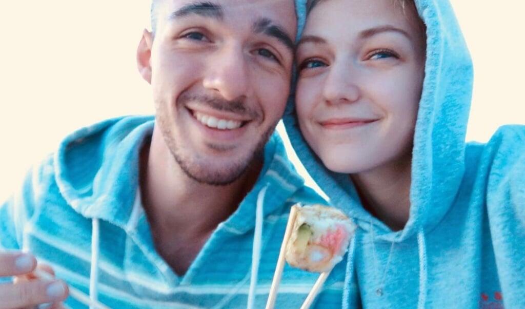 Instagrammer Gabby Petito op een van de laatste foto's met haar vriend.   (beeld instagram)