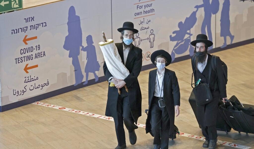 Chassidische (ultra-orthodoxe) Joden komen terug op de luchthaven van Tel Aviv na de Nieuwjaarsviering in Oekraïne.  (beeld afp / Jack Guez)