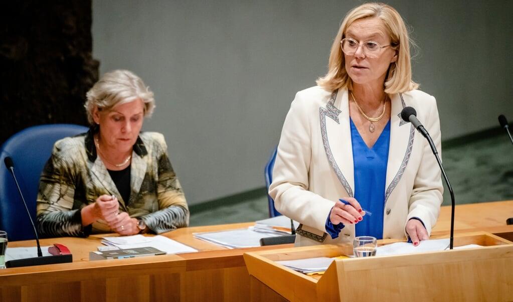 Demissionair minister Sigrid Kaag van Buitenlandse Zaken (D66), met achter haar minister Ank Bijleveld van Defensie (CDA).  (beeld anp / Bart Maat)