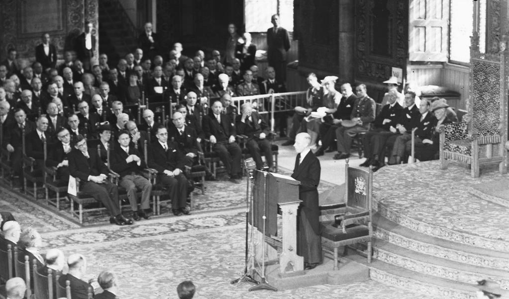 Minister-president Beel spreekt in 1947 de Troonrede uit; koningin Wilhelmina was wegens bronchitis verhinderd.  (beeld anp / G. v.d. Werff)