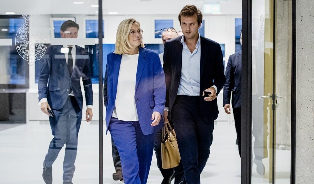 Demissionair minister van Buitenlandse Zaken Sigrid Kaag loopt naar de pers nadat ze bekend maakte terug te treden als minister.  (beeld anp / sem van der wal)