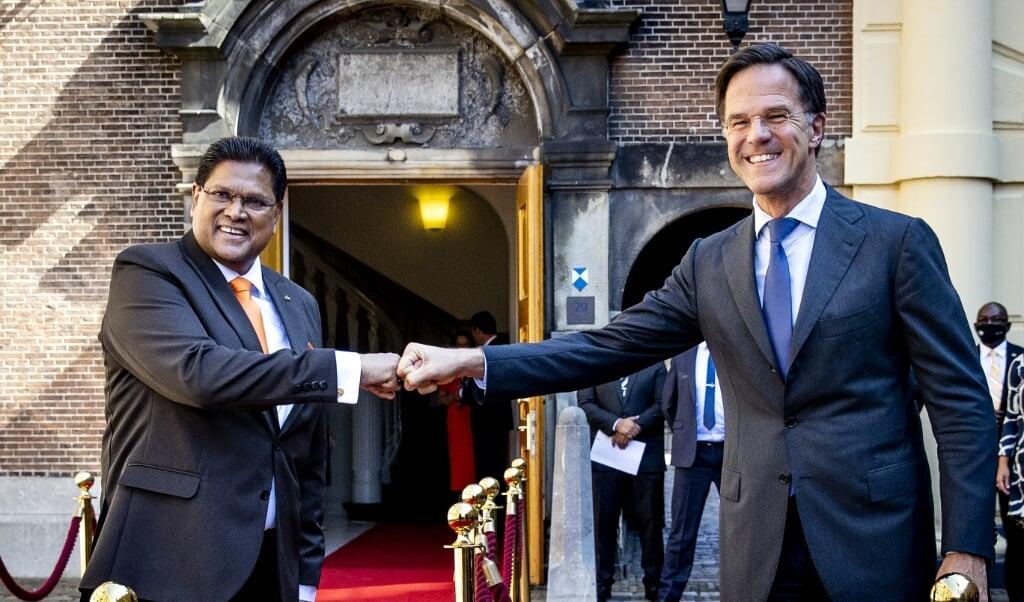 Demissionair premier Mark Rutte begroet de Surinaamse president Chandrikapersad Santokhi.   (beeld anp / Sem van der Wal)