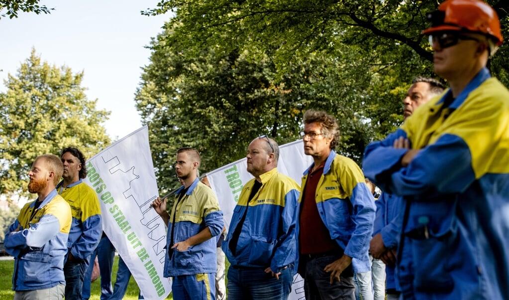 Personeel van Tata Steel voerde donderdag in Den Haag actie voor versneld vergroenen, op initiatief van de vakbonden. 'De toekomst van de staalproductie in IJmuiden is een lakmoesproef' voor de inzet op een groene industriepolitiek.  (beeld anp / Sem van der Wal)