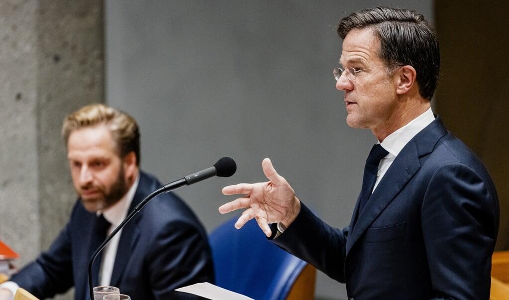 Demissionair minister Hugo de Jonge en demissionair premier Mark Rutte tijdens het coronadebat.  (beeld anp / Sem van der Wal)