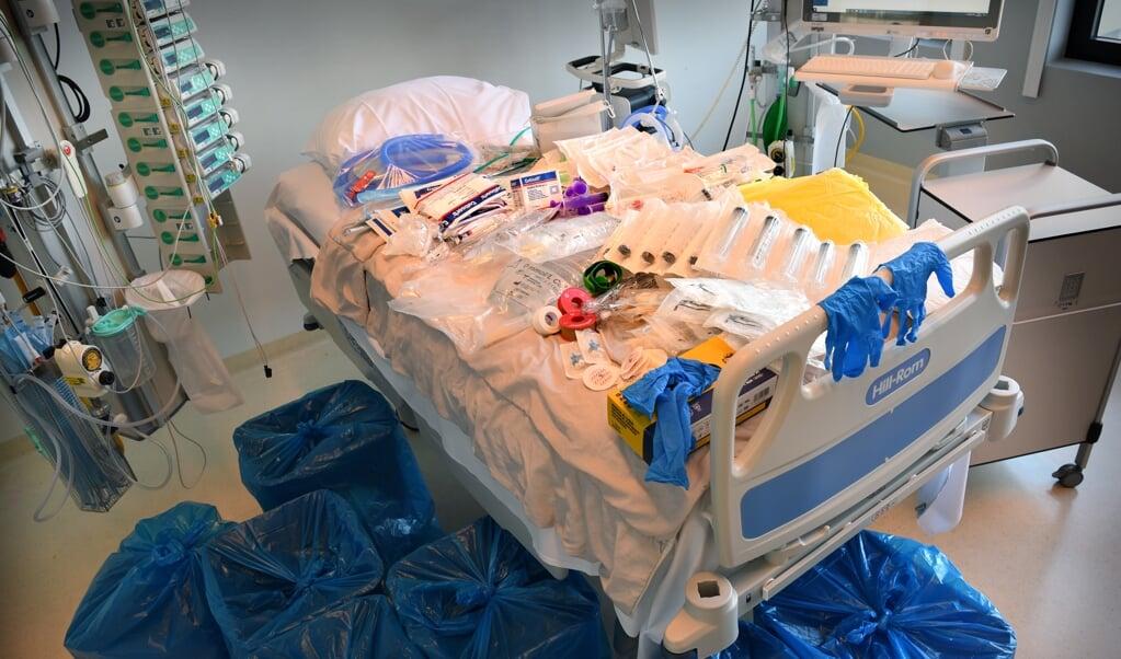 Bij een ic-bed in het Erasmus MC ligt het materiaal dat voor één patiënt dagelijks wordt verbruikt.   (beeld Marcel van den Bergh)