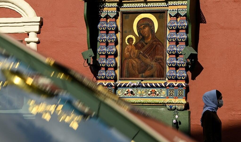 Een ikoon aan de buitenmuur van een kerk in Moskou.  (beeld afp / Kirill Kudryavtsev)