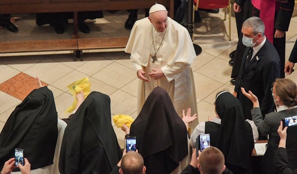 Paus Franciscus groet enkele vrouwelijke religieuzen na zijn toespraak in de Sint-Martinuskathedraal van Bratislava.   (beeld afp / Tiziana Fabi)