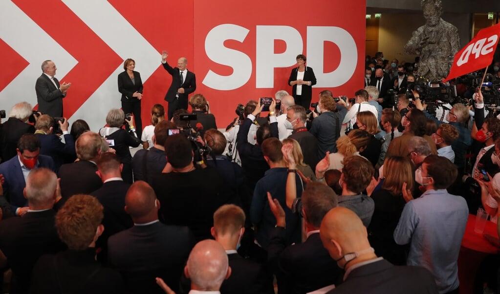 De Duitse minister van Financiën en lijsttrekker van de SPD Olaf Scholz oogt zeer tevreden na de eerste exitpolls.  (beeld afp / Odd Andersen)