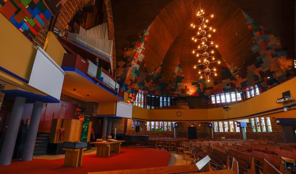 'Je gaat je verbazen', zegt scriba Cees de Vries over het interieur van de gereformeerde kerk in Andijk.   (beeld Martin Mooij)