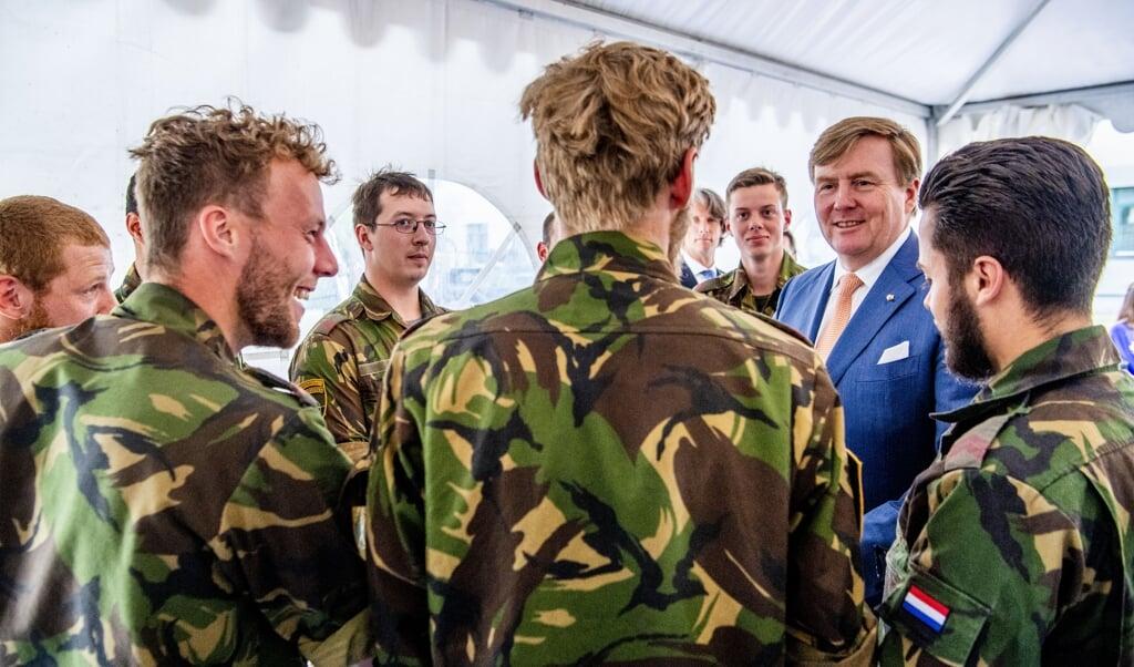 Koning Willem-Alexander bezoekt Nederlandse militairen op de trainingskazerne van de NAVO tijdens zijn tweedaags bezoek aan Litouwen in 2018.  (beeld anp / Robin Utrecht)