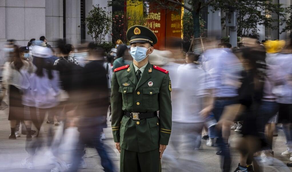 Een Chinese soldaat bij een oversteek in Shanghai. 'Onder president Xi is China agressief en antiwesters geworden.'  (beeld epa / Alex Plavevski)