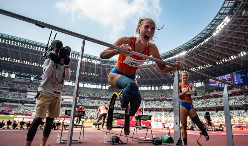 Fleur Jong (l.) en Marlène van Gansewinkel bij het verspringen tijdens de Paralympische Spelen van Tokio. Jong in de categorie T62 (twee blades), Van Gansewinkel in T64 (één blade).  (beeld afp / Philip Fong)