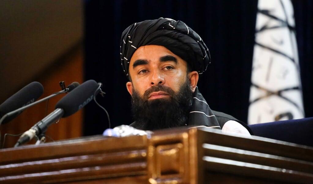 Staatssecretaris van Informatie van de Taliban Zabihullah Mujahid tijdens een persconferentie in Kabul.   (beeld epa)