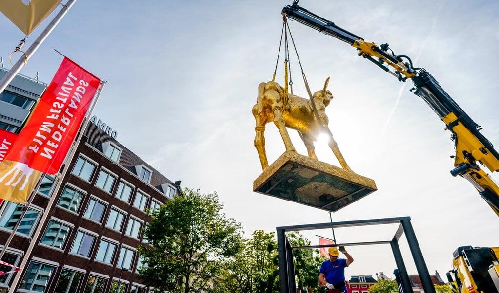 Op de Neude in Utrecht wordt  het icoon van het Nederlands Film Festival geplaatst, een groot Gouden Kalf. De gelijknamige filmprijzen worden aan het eind van het festival uitgereikt.   (beeld anp / Marco de Swart)
