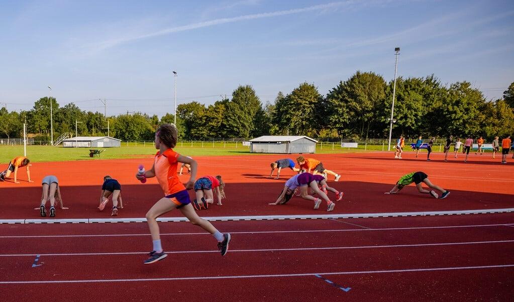 De junioren die bij de Woerdense atletiekvereniging Clytoneus trainen, 'moeten vooral plezier beleven in de sport'.  (beeld Leonard Walpot)