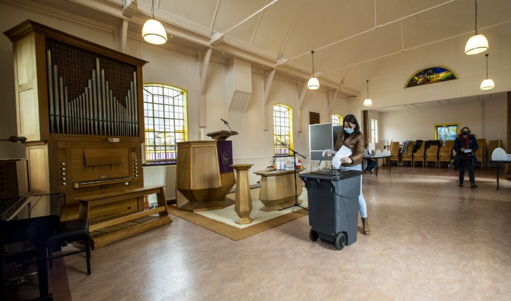 Een stembureau in een kapel in Hoog Soeren tijdens de Tweede Kamerverkiezingen in maart van dit jaar.  (beeld anp / Vincent Jannink)