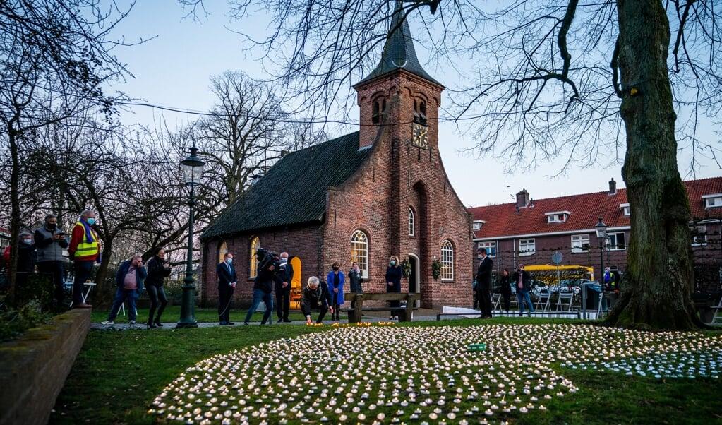 In de Hasseltse Kapel in Tilburg was in februari al een herdenking voor alle Brabantse coronadoden, precies een jaar na de eerste besmettingen in Nederland.  (beeld anp / Rob Engelaar)