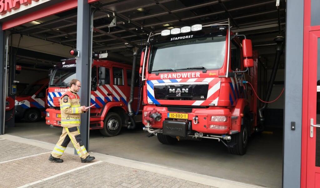 Hendrik Timmerman bereidt de brandweeroefening van maandag voor.  (beeld Dick Vos)