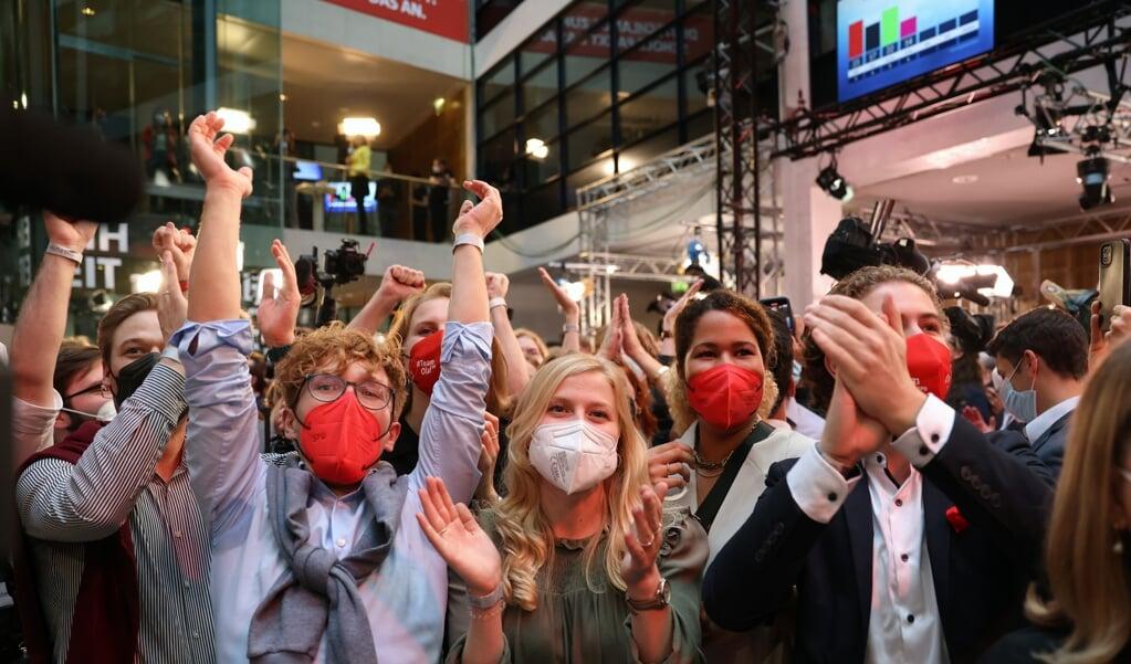 Juichende leden van de SPD zondagavond in Berlijn nadat zich bij de Bondsdagverkiezingen aftekende dat de sociaaldemocraten de grootste partij worden in Duitsland.  (beeld Epa / Maja Hitij)