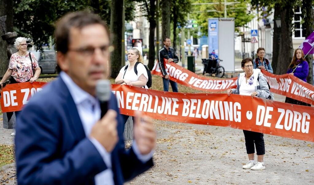Diederik Gommers eerder deze maand tijdens een demonstratie van zorgverleners bij de Hofvijver voor hogere salarissen in de zorgsector.  (beeld anp / Robin van Lonkhuijsen)