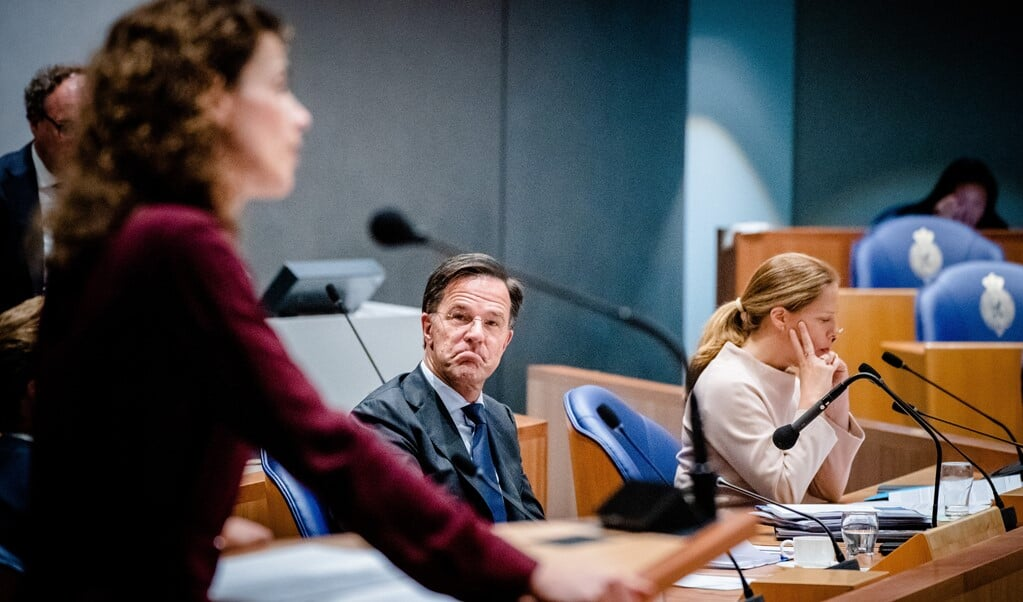 Demissionair premier Mark Rutte luistert naar zijn partijgenoot Sophie Hermans (VVD). Rechts demissionair minister Carola Schouten van Landbouw.  (beeld anp / Bart Maat)