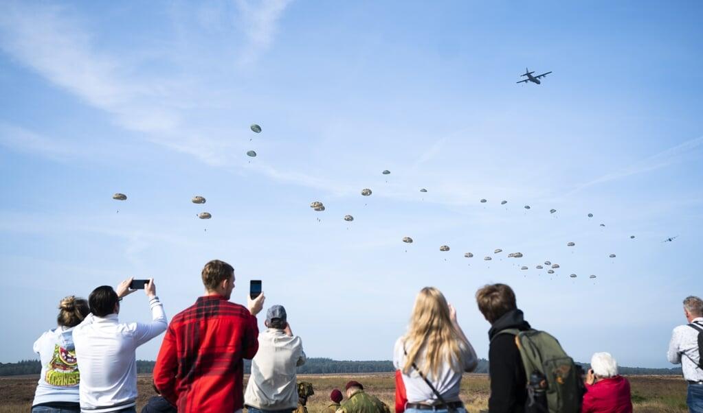 Parachutisten springen uit een vliegtuig tijdens de herdenking van Operatie Market Garden. De Slag om Arnhem vond in september 1944 plaats en wordt ieder jaar herdacht.   (beeld anp / Jeroen Jumelet.)