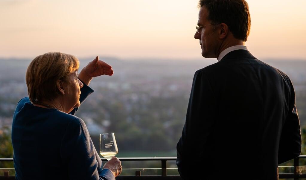 Bondskanselier Merkel en minister-president Rutte eerder deze maand in Dresden. Gedurende hun jaren als regeringsleiders waren 'moeilijk grenzen te zien tussen de Nederlandse en de Duitse buitenlandse politiek'.  (beeld anp / Bart Maat)