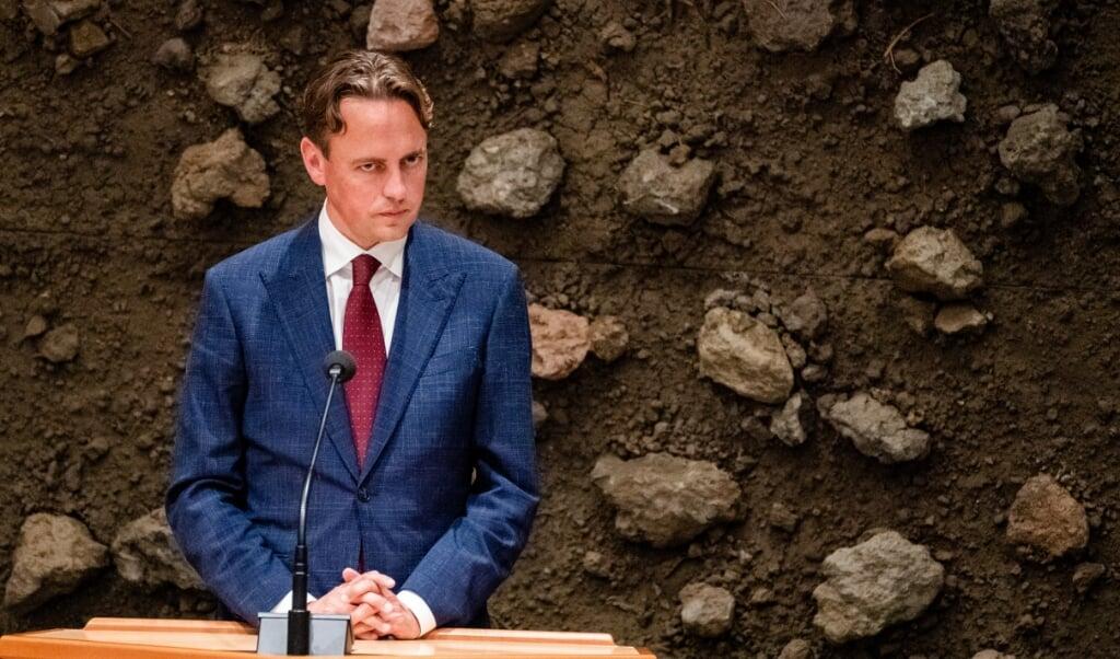 Kamerlid Nijboer (PvdA) tijdens het vragenuur, voor de bewuste muur.  (beeld anp / Bart Maat)