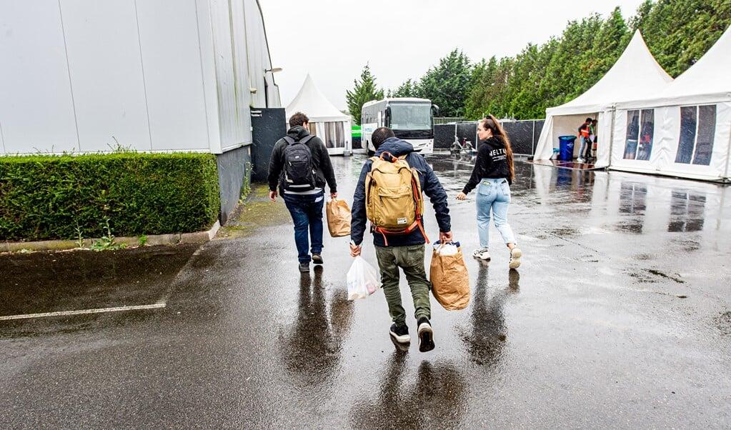 2021-09-27 13:47:37 GOES - De eerste bussen met vluchtelingen komen aan bij de noodopvanglocatie van het Centraal Orgaan Asielzoekers in de Zeelandhallen. Onder meer door de komst van evacués uit Afghanistan moet de opvangcapaciteit worden uitgebreid. ANP JONAS ROOSENS  (beeld anp / Jonas Roosens)