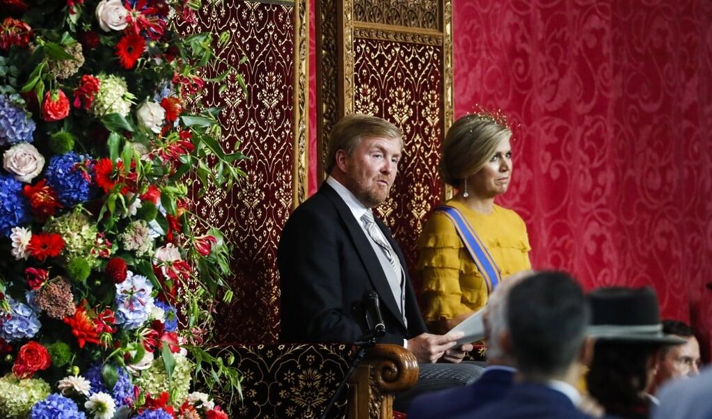 Koning Willem-Alexander tijdens het uitspreken van de troonrede in 2020, met aan zijn zijde koningin Máxima.  (beeld anp / Remko de Waal)