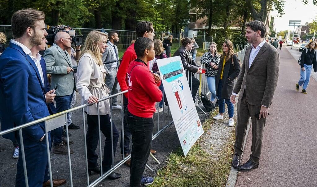 Studenten vragen in Den Haag op Prinsjesdag aandacht voor het leenstelsel. Op deze derde dinsdag in september begon het nieuwe werkjaar van de regering.   (beeld anp / Jeroen Jumelet)